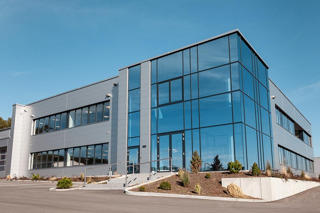 Fertigungshalle mit Bürogebäude